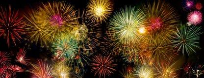 Fuochi d'artificio variopinti sopra il cielo scuro Immagine Stock