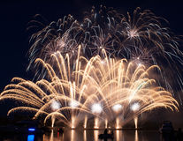 Fuochi d'artificio variopinti sopra il cielo scuro Immagine Stock Libera da Diritti