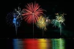 Fuochi d'artificio variopinti sopra il lago Fotografia Stock