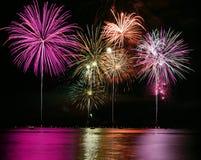 Fuochi d'artificio variopinti sopra il lago Immagine Stock