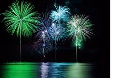 Fuochi d'artificio variopinti sopra il lago Fotografie Stock Libere da Diritti