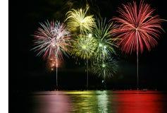 Fuochi d'artificio variopinti sopra il lago Fotografia Stock Libera da Diritti