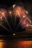 Fuochi d'artificio variopinti sopra il mare Immagini Stock