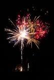 Fuochi d'artificio variopinti sopra la casa. Nuovi anni di partito. Fotografia Stock Libera da Diritti