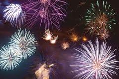 Fuochi d'artificio variopinti sopra un cielo notturno Immagini Stock