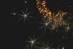Fuochi d'artificio variopinti sopra un cielo notturno Immagine Stock