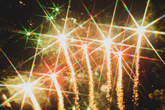 Fuochi d'artificio variopinti sopra un cielo notturno Fotografia Stock