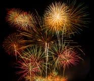 Fuochi d'artificio variopinti su fondo nero Immagine Stock