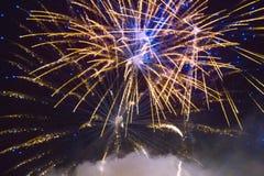 Fuochi d'artificio variopinti sui precedenti del cielo Immagini Stock Libere da Diritti