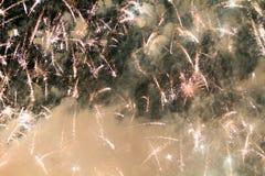 Fuochi d'artificio variopinti sui precedenti del cielo Fotografia Stock Libera da Diritti