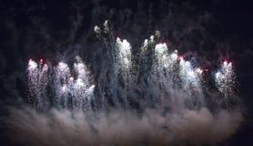 Fuochi d'artificio variopinti sui precedenti del cielo Fotografia Stock
