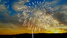 Fuochi d'artificio variopinti sui precedenti di tramonto della festa dell'indipendenza video d archivio