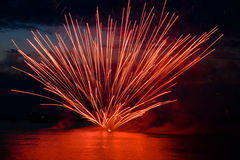 Fuochi d'artificio variopinti sul cielo nero Fotografia Stock