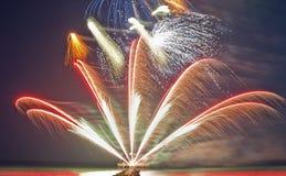 Fuochi d'artificio variopinti sulla spiaggia Fotografie Stock Libere da Diritti