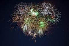 Fuochi d'artificio verdi dorati scintillanti di celebrazione Immagini Stock Libere da Diritti