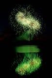 Fuochi d'artificio verdi sopra acqua Fotografia Stock Libera da Diritti