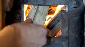 Fuoco ardente in stufa bruciante di legno (retro) video d archivio