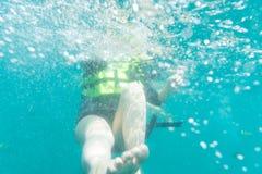 Fuoco astratto della sfuocatura sulla ragazza nel mare Immagini Stock