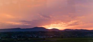 Fuoco astratto di colori del fondo nel tramonto di estate del cielo sopra le montagne fotografie stock libere da diritti