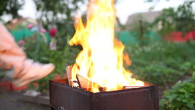 Fuoco in barbecue stock footage