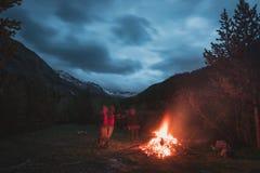 Fuoco bruciante del campo nel terreno boscoso a distanza del pino e del larice con il paesaggio di elevata altitudine ed il cielo Immagine Stock Libera da Diritti