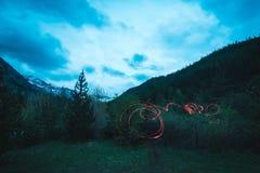 Fuoco bruciante del campo nel terreno boscoso a distanza del pino e del larice con il paesaggio di elevata altitudine ed il cielo Fotografie Stock