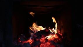 Fuoco bruciante dentro del forno con fondo scuro archivi video