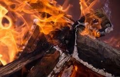 Fuoco bruciante e legno e fumo Fotografie Stock