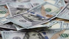 Fuoco che si muove lungo la banconota in dollari degli Stati Uniti cento in mucchio di soldi enorme archivi video