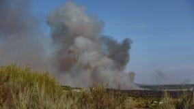 Fuoco con fumo enorme vicino al piccolo villaggio, lasso di tempo archivi video