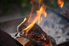Fuoco con i carboni Legno Burning Macro Fiamme in tensione con fumo Legno con la fiamma per il barbecue ed il bbq di cottura Fotografia Stock