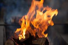 Fuoco con i carboni Legno Burning Macro Fiamme in tensione con fumo Legno con la fiamma per il barbecue ed il bbq di cottura Immagini Stock Libere da Diritti