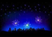 Fuoco d'artificio in cielo sullo scape della città Fotografia Stock