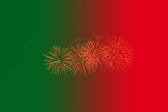 Fuoco d'artificio con il fondo rosso e verde di pendenza Fotografie Stock Libere da Diritti