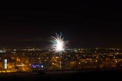 Fuoco d'artificio con la città dentro dietro Immagine Stock