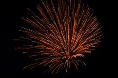 Fuoco d'artificio di notte nel cielo fotografia stock libera da diritti