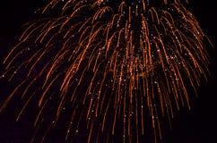 Fuoco d'artificio di notte nel cielo immagini stock