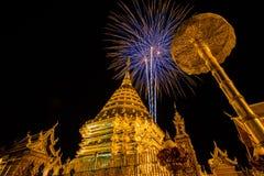 Fuoco d'artificio dietro il tempio del suthep di Doi Immagini Stock Libere da Diritti
