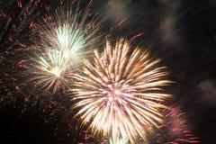 Fuoco d'artificio luminoso celebratorio in un cielo notturno Fotografie Stock