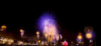 Fuoco d'artificio multicolore in un cielo notturno fotografia stock