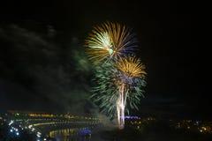 Fuoco d'artificio in onore dell'anniversario 430 della città di Tjumen' siberia La Russia 31 luglio 2016 Immagini Stock