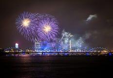 Fuoco d'artificio a Riga sopra il fiume con il ponte immagini stock
