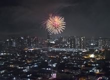 Fuoco d'artificio scintillante che scoppia sopra Kuala Lumpur e Petaling Jaya immagine stock