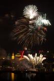 Fuoco d'artificio sopra il fiume di Vltava fotografia stock