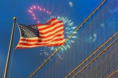 Fuoco d'artificio sopra il galleggiamento della stella e delle bande della bandiera americana Immagine Stock