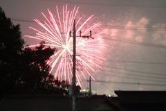 Fuoco d'artificio sopra il tetto a casa immagine stock