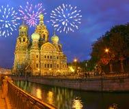 Fuoco d'artificio sopra la cattedrale di salvatore-su--sangue Immagini Stock