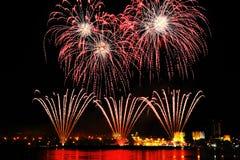 Fuoco d'artificio sopra la città alla notte Fotografie Stock