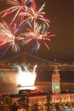 Fuoco d'artificio sopra la costruzione del traghetto & il ponticello della baia Fotografie Stock Libere da Diritti