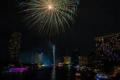 Fuoco d'artificio sul fiume, Bangkok Tailandia immagini stock libere da diritti